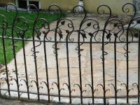 кованый забор с витыми оконечниками